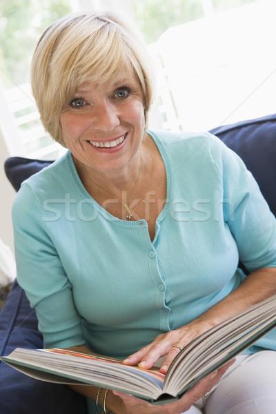 Mujer libro mujer sonriente sonriendo mujeres lectura Foto stock © monkey_business