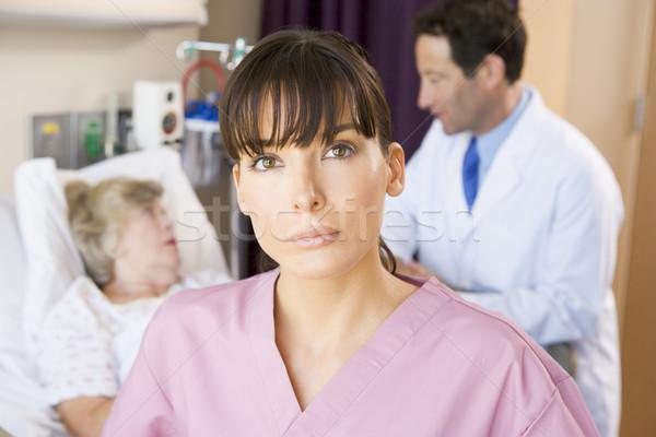 Stok fotoğraf: Hemşire · ayakta · hastane · konuşma · hasta · kadın