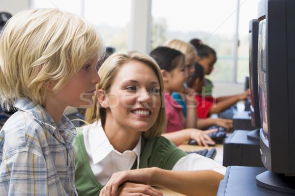 Foto stock: Maestro · ayudar · kindergarten · ninos · aprender · computadoras