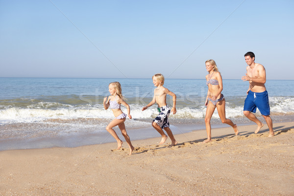 Jeunes famille courir plage femme homme Photo stock © monkey_business