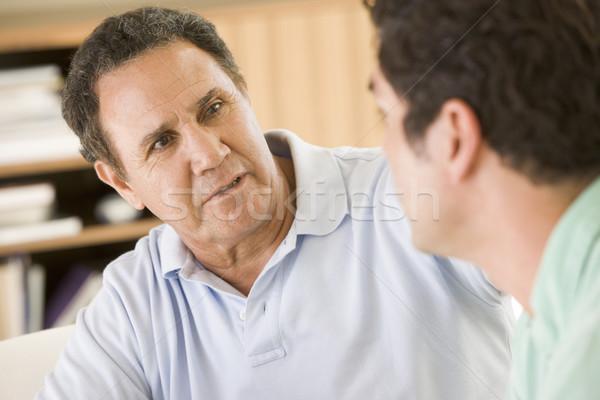 Stock foto: Zwei · Männer · Wohnzimmer · sprechen · Familie · Mann · glücklich