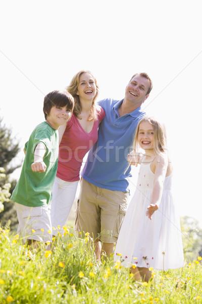 Stock fotó: Család · áll · kint · kéz · a · kézben · mosolyog · gyerekek