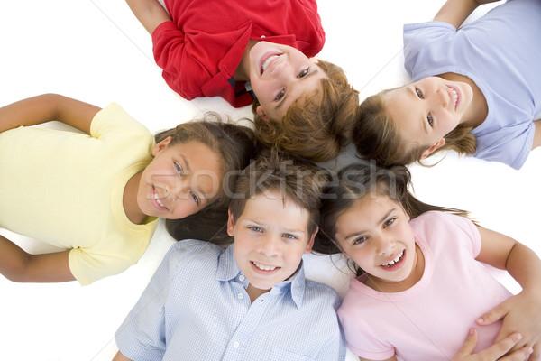 Stok fotoğraf: Daire · beş · genç · arkadaşlar · gülen · gülümseme