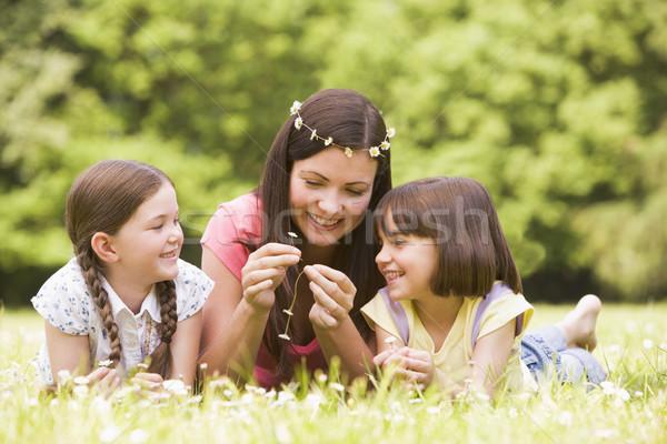 Stok fotoğraf: Anne · açık · havada · çiçekler · gülen · çiçek · mutlu