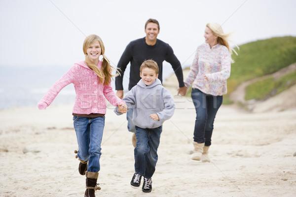 Stockfoto: Familie · lopen · strand · holding · handen · glimlachend · kind