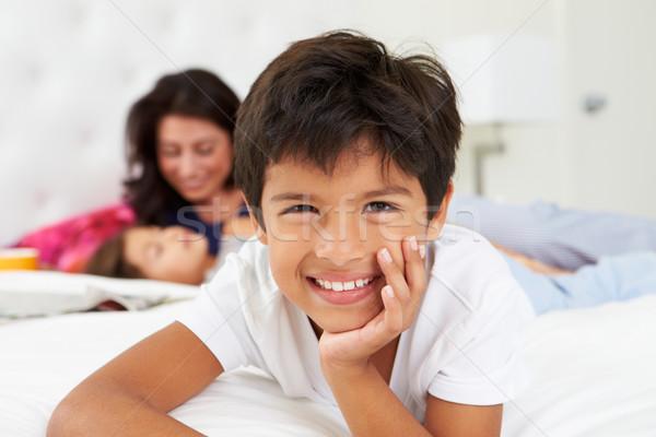 Moeder kinderen ontspannen bed pyjama Stockfoto © monkey_business