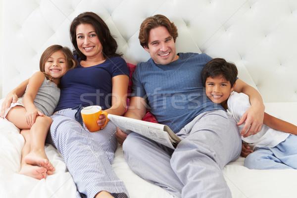 Сток-фото: семьи · расслабляющая · кровать · кофе · газета · бумаги