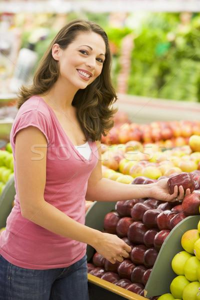 Donna mele produrre counter supermercato Foto d'archivio © monkey_business