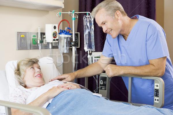 Médecin up patient femme hôpital souriant Photo stock © monkey_business
