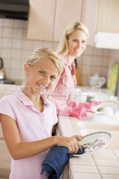 Foto d'archivio: Madre · figlia · pulizia · piatti · donna · cucina