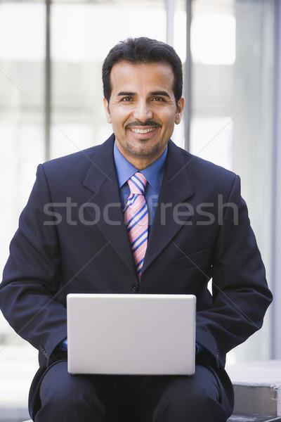 Сток-фото: бизнесмен · используя · ноутбук · компьютер · за · пределами · служба · человека