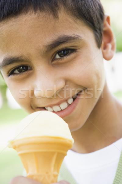 Fiatal srác eszik fagylalttölcsér vanília fiú fagylalt Stock fotó © monkey_business