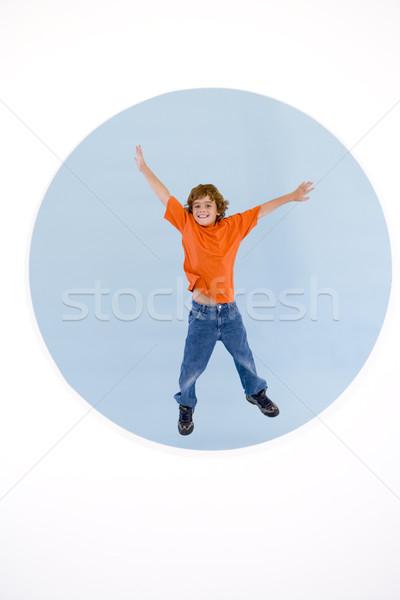 Zdjęcia stock: Młody · chłopak · skoki · broni · na · zewnątrz · uśmiechnięty · dzieci