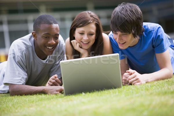 Zdjęcia stock: Kolegium · studentów · za · pomocą · laptopa · kampus · trawnik · komputera