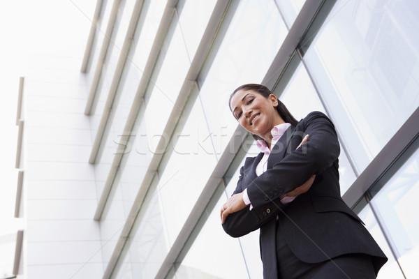 Foto stock: Mujer · de · negocios · pie · fuera · edificio · de · oficinas · moderna · oficina