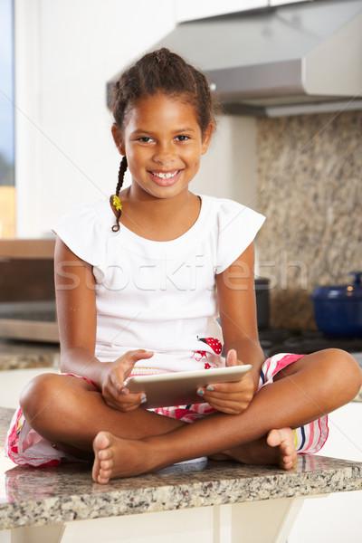 Lány ül konyhapult digitális tabletta gyermek Stock fotó © monkey_business