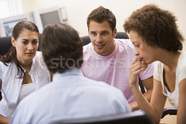 Uomo lezione tre persone sala computer computer ufficio Foto d'archivio © monkey_business