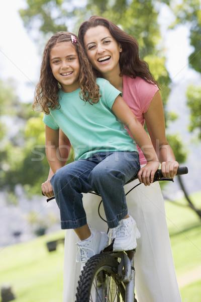Foto stock: Mulher · jovem · bicicleta · ao · ar · livre · sorrindo · sorridente