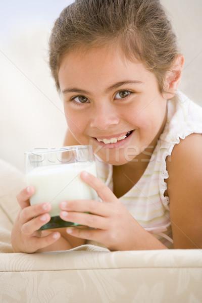 Сток-фото: питьевой · молоко · гостиной · улыбаясь · продовольствие