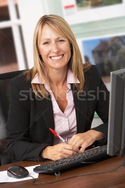 Feminino corretor de imóveis trabalhando secretária sorridente carreira Foto stock © monkey_business