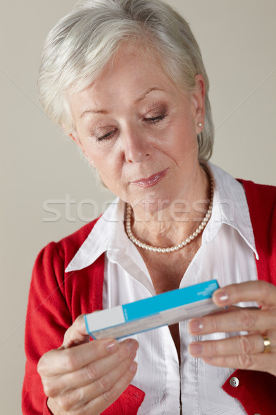 Senior donna guardando prescrizione droga pack Foto d'archivio © monkey_business