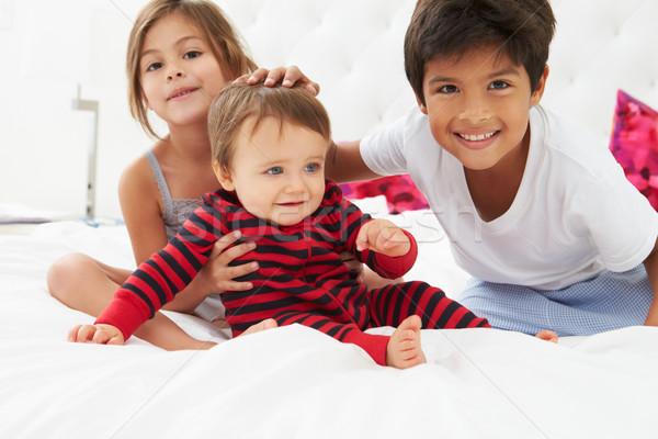 Kinderen vergadering bed pyjama samen jongen Stockfoto © monkey_business