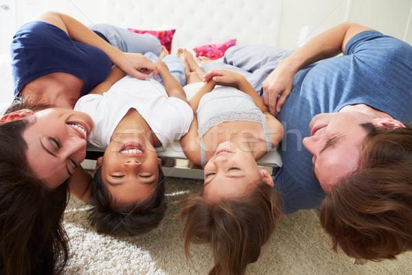 Familie ondersteboven bed pyjama samen meisje Stockfoto © monkey_business