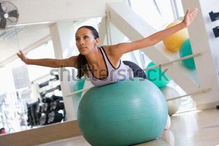Mujer mano pesos pelota gimnasio fitness Foto stock © monkey_business