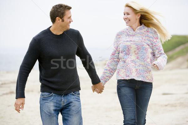 Сток-фото: пару · ходьбе · пляж · , · держась · за · руки · улыбаясь · человека