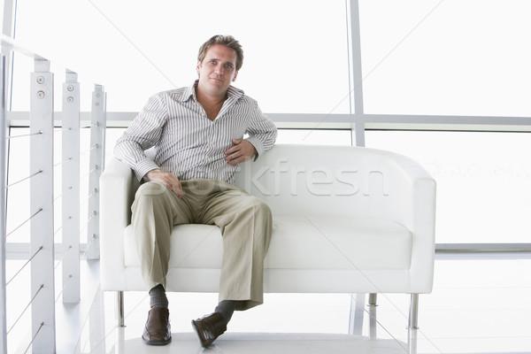 Zdjęcia stock: Biznesmen · posiedzenia · biuro · lobby · uśmiech · człowiek