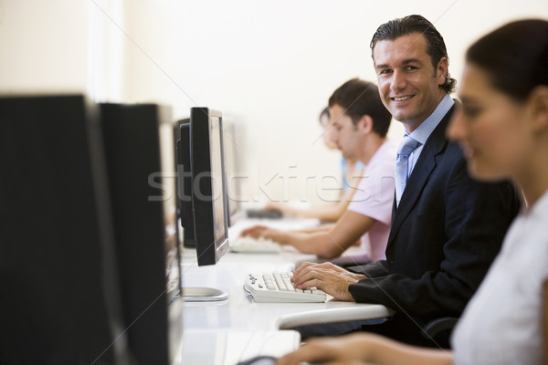 Quatre personnes salle informatique une homme costume Photo stock © monkey_business