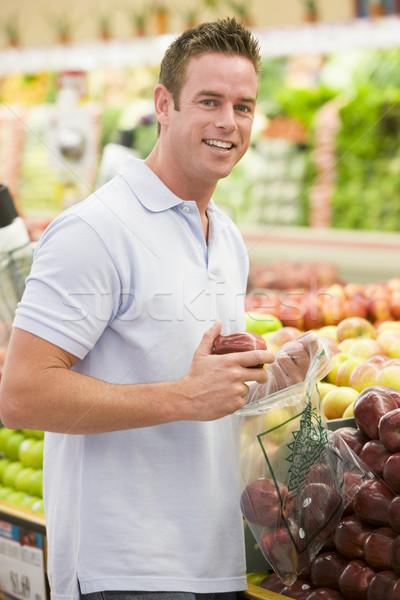 Uomo shopping produrre sezione supermercato alimentare Foto d'archivio © monkey_business