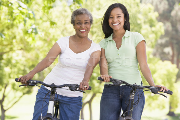 ストックフォト: 二人の女性 · バイク · 屋外 · 笑みを浮かべて · 女性 · 幸せ