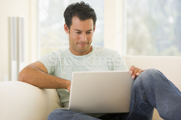 Man woonkamer met behulp van laptop computer home technologie Stockfoto © monkey_business