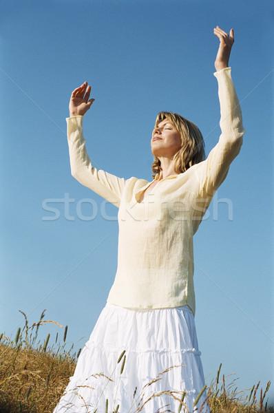 Mujer pie aire libre verano campo yoga Foto stock © monkey_business