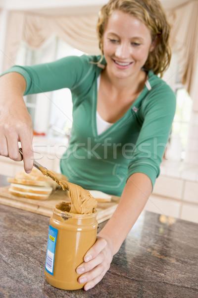 Adolescente beurre d'arachide sandwich maison couteau Photo stock © monkey_business