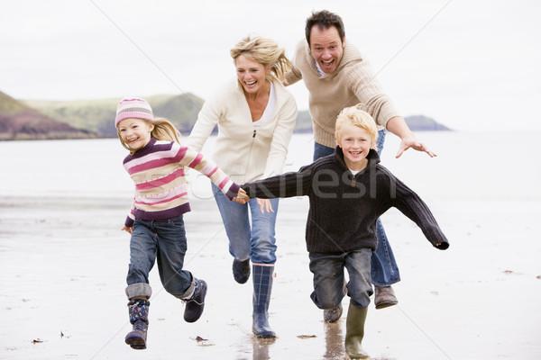 Сток-фото: семьи · работает · пляж · , · держась · за · руки · улыбаясь · ребенка