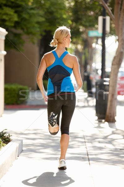 Vrouw lopen straat straat gebouwen oefening Stockfoto © monkey_business