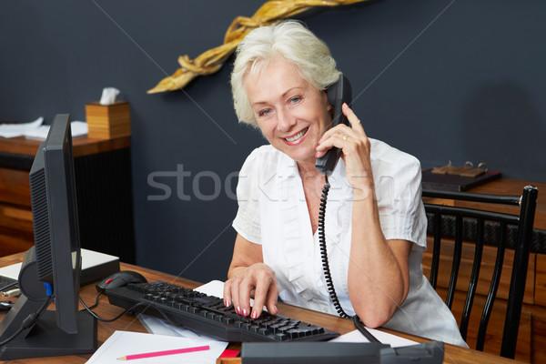 Hotel recepcionista teléfono oficina feliz Foto stock © monkey_business