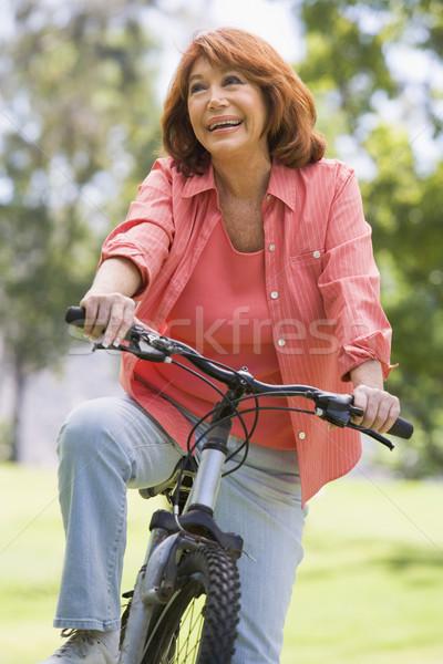 Zdjęcia stock: Kobieta · rowerów · odkryty · uśmiechnięta · kobieta · uśmiechnięty · parku