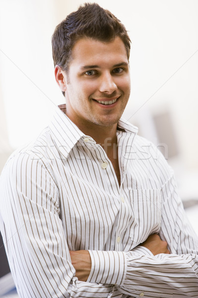 Man permanente computerruimte glimlachend kantoor werknemer Stockfoto © monkey_business