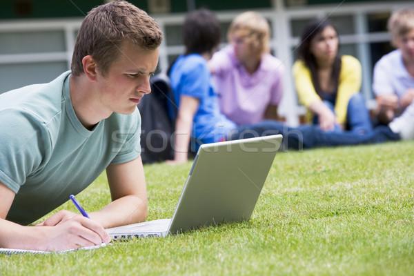 Stock fotó: Fiatalember · laptopot · használ · kampusz · gyep · egyéb · diákok