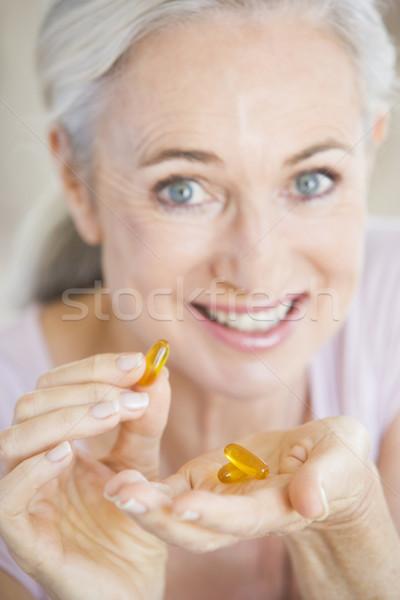 Foto stock: Mulher · pílulas · feliz · saúde · sorridente