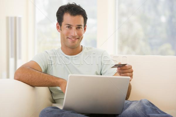 Stock fotó: Férfi · nappali · laptopot · használ · tart · hitelkártya · mosolyog