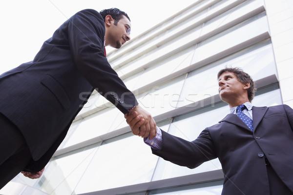 Geschäftsleute Händeschütteln außerhalb Bürogebäude Geschäftsmann modernen Stock foto © monkey_business