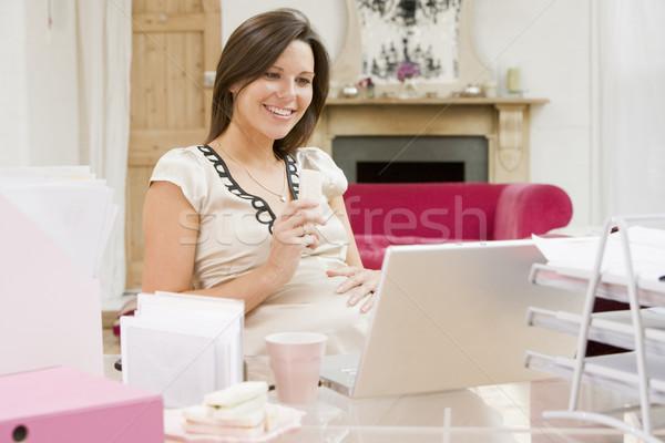 Foto stock: Mulher · grávida · escritório · em · casa · laptop · alimentação · sorridente · mulher