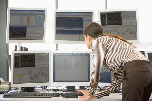 在庫 トレーダー 調べる コンピュータ オフィス 作業 ストックフォト © monkey_business