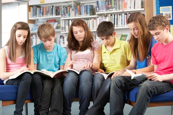 Studentów biblioteki czytania książek dziewczyna Zdjęcia stock © monkey_business