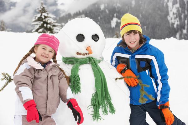 ストックフォト: 2 · 小さな · 子供 · 建物 · 雪だるま · スキー