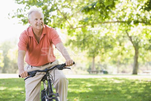 Foto stock: Senior · homem · ciclo · exercer · bicicleta · sorridente